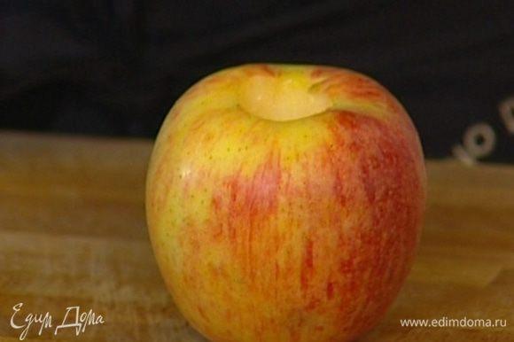 Сердцевину яблок вырезать при помощи острого ножа или картофелечистки, стараясь не прорезать яблоко до конца.