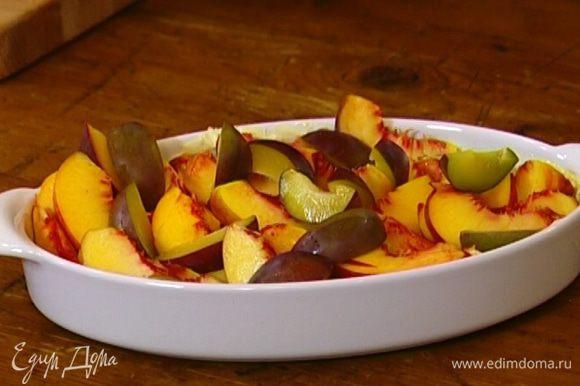 Жаропрочную форму смазать сливочным маслом и уложить в нее нарезанные фрукты.