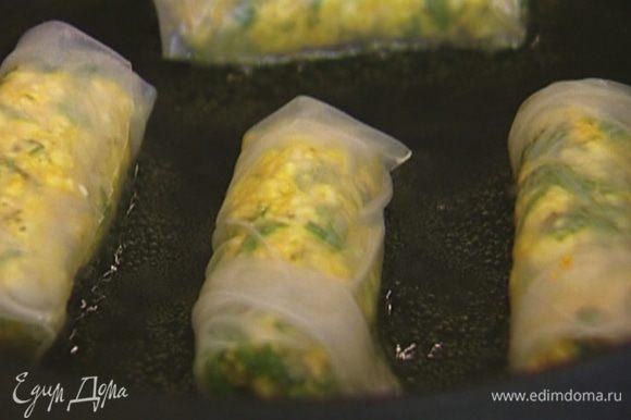 Разогреть в сковороде оливковое масло и обжарить спринг-роллы с двух сторон.