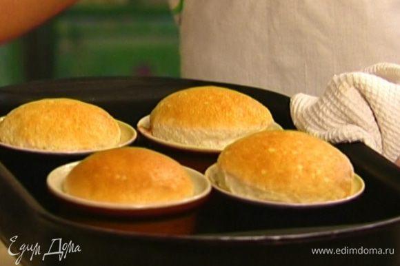 Разложить полученную массу в формочки для выпечки (не смазывать маслом!) и отправить в разогретую духовку на 15 минут.