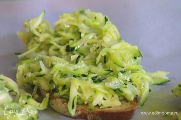 Выложить на хлеб начинку и отправить на несколько минут под гриль.