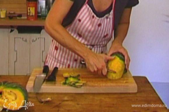 Тыкву почистить и, удалив семена, нарезать мякоть тонкими лепестками (можно воспользоваться овощечисткой).