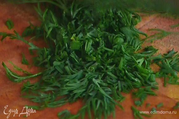 Зеленый лук и укроп мелко порубить.