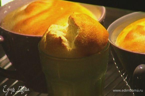 Разложить суфле в керамические жаропрочные формочки и выпекать в разогретой духовке 15–20 минут.