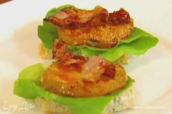 Хлеб подсушить в тостере, затем намазать соусом, положить сверху лист салата, жареные помидоры и бекон.