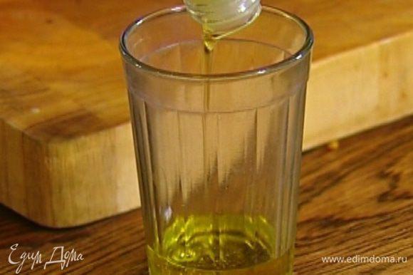 Не прекращая взбивать, влить оливковое масло, всыпать корицу.