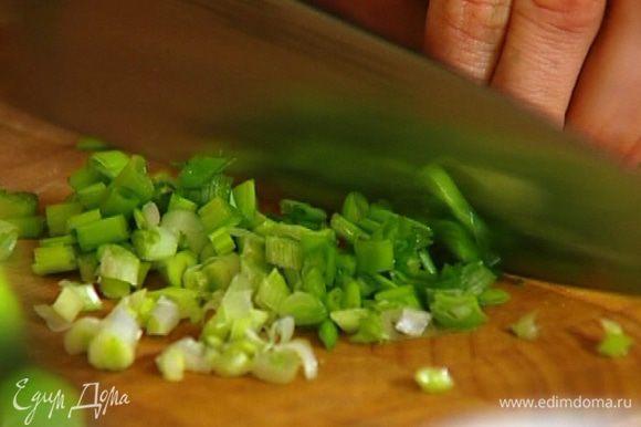 Зеленый лук мелко нарезать и перемешать с горчицей и 1 ст. ложкой оливкового масла.