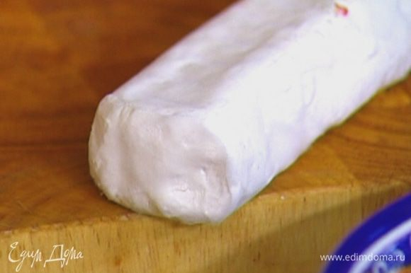 Сыр нарезать небольшими кусочками.