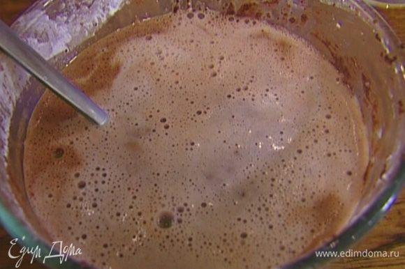 Влить к желткам немного горячего молока, добавить крахмал и вымешать ложкой. Затем через сито тонкой струйкой влить оставшееся молоко.