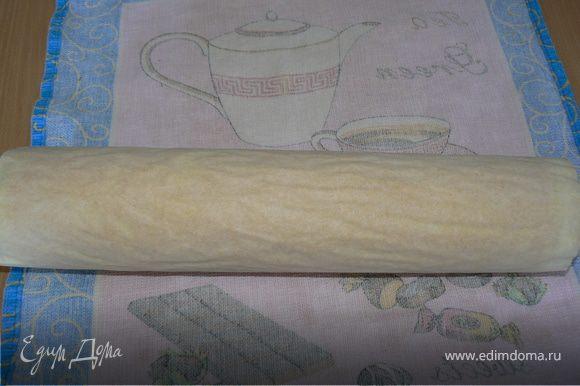 Испеченный горячий рулет свернуть вместе с бумагой.Если бумаги нет, бисквит можно переложить на полотенце, и свернуть в рулет вместе с полотенцем. Остудить.