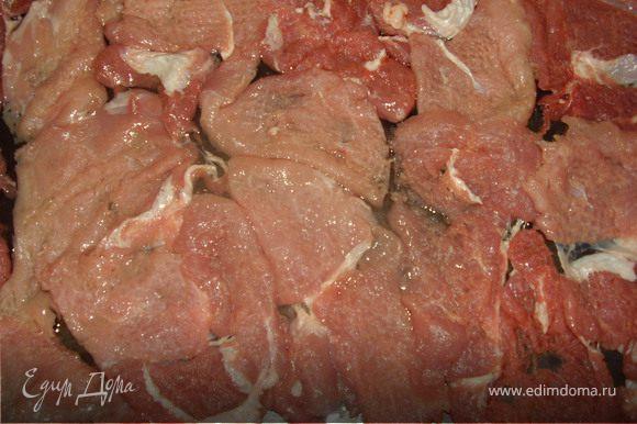 Хорошо отбиваем мясо и выкладываем плотно на смазанный растительным маслом противень.Солим,перчим по вкусу.