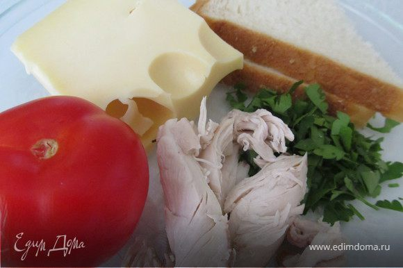 Половинку помидорки мелко порезать, зелень мелко порубить и все это смешать с мелко рубленным куриным мясом. Отдельно в мисочку натереть на мелкой терке сыр
