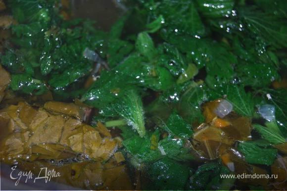 Крапиву ошпариваем кипятком, нарезаем ее и щавель и опускаем в бульон с картофелем и овощами.
