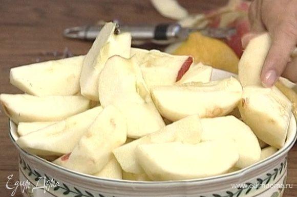 С яблок снять кожуру, разрезать каждое на 8 частей, удалить семена.