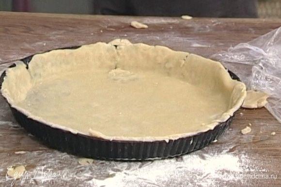 Круглую разъемную форму смазать маслом, присыпать мукой. Уложить тесто так, чтобы у коржа получился небольшой бортик.