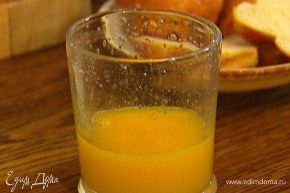 Из половинки апельсина выжать сок и влить в блендер.