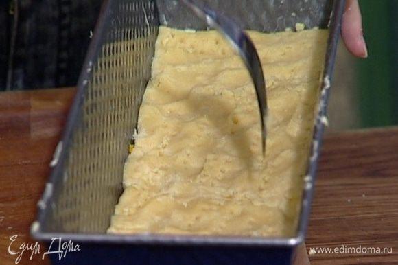 Разделить тесто пополам. Глубокую небольшую форму смазать оставшимся маслом и половину теста выложить в нее так, чтобы получился корж толщиной 1 см. Проткнуть тесто в нескольких местах вилкой.