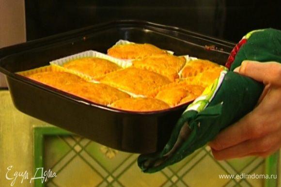Поставить противень с маффинами в разогретую духовку на 15–20 минут.
