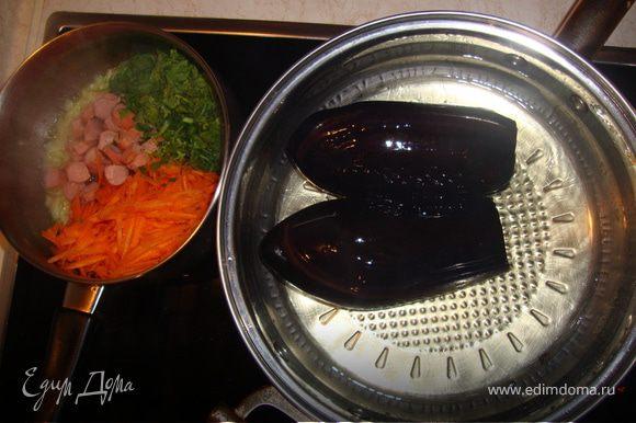 жарим баклажаны целом.отдельно:на терке морковь,режем лук cосйскй,петрушку и всио эта жарим в каструле, добавляем рыс 1стакан вода и сварим хорошо,соль перец по вкусу
