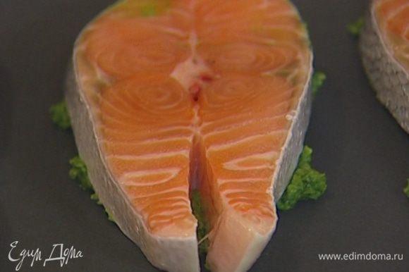 Рыбу вымыть, просушить бумажным полотенцем. Смазать каждый кусок семги зеленым соусом и выложить на противень соусом вниз. Сверху смазать рыбу более тонким слоем соуса.