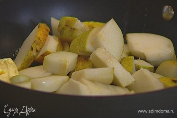 В сковороде, которую можно ставить в духовку, разогреть 1 ст. ложку сливочного масла, добавить кусочки груш и перемешать.