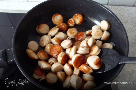 Колбаски нарезать небольшими кусочками и обжарить до корочки на раст. масле.