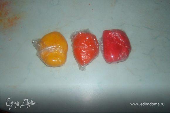 мастика из маршмеллоу по стандартному рецепту http://www.edimdoma.ru/recipes/19463 только в большем количестве, в итоге все 7 цветов(на фото три остальные в процессе замешивания)