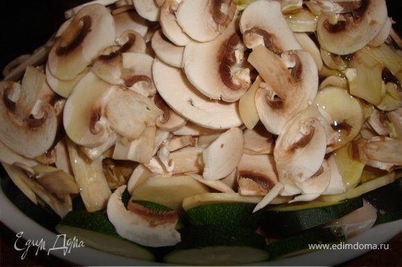 Грибными пластинками засыпать рыбу с овощами, налить немного воды (примерно 1/3 стакана). Сбрызнуть оливковым маслом.