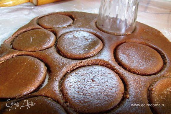 Раскатываем не тонко, толщиной 1-1.3 см, добавив каплю растительного масла. Вырезаем стаканом печенюшки.