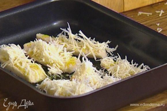 Булочку, срезав корку, нарезать толстыми брусками, выложить на противень, сбрызнуть оливковым маслом, присыпать сыром и отправить в разогретую духовку.
