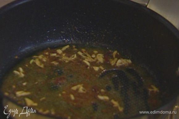 Разогреть в сковороде немного оливкового масла, выложить измельченный чеснок и анчоусы и, помешивая, обжаривать до растворения анчоусов.