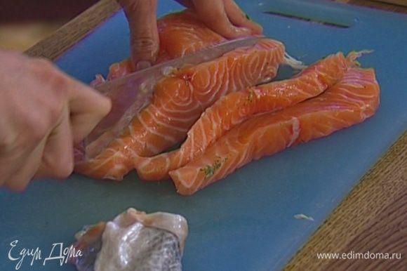 Семгу отделить от кожи и нарезать полосками шириной 1,5 см.