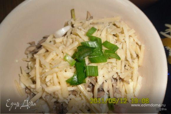 репчатый лук порезать полукольцами и ошпарить кипятком зеленый лук - порубить Выложить салат слоями либо положив на дно майонез с горчицей или промазывая каждый слой. Мясо-лук-огурцы-яйца-грибы-сыр и зеленый лук. Приятного аппетита!