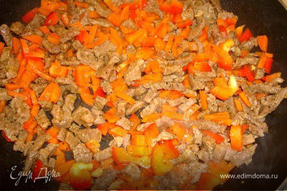Нарезанный мелкими брусочками болгарский перец добавить в сковороду и обжарить еще минут 5… Добавить соевый соус, чеснок (мелко порубленный или отжатый через пресс), густо посыпать черным молотым перцем и протушить еще пару минут…