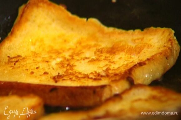 Разогреть на сковороде сливочное и оливковое масло, выложить тосты и обжаривать их по 3–4 минуты с каждой стороны до золотистой корочки.