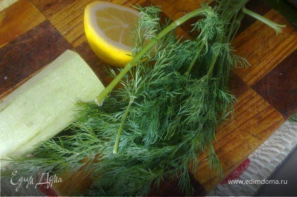 Нарезаем кабачок кружочками толщиной 1 см,лимон дольками.