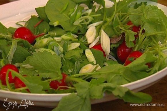 Зеленый лук тонко нарезать наискосок и присыпать салат.