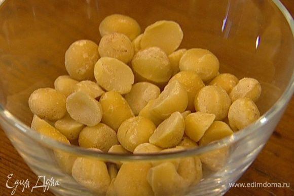 Орехи подсушивать в разогретой духовке в течение 5 минут.