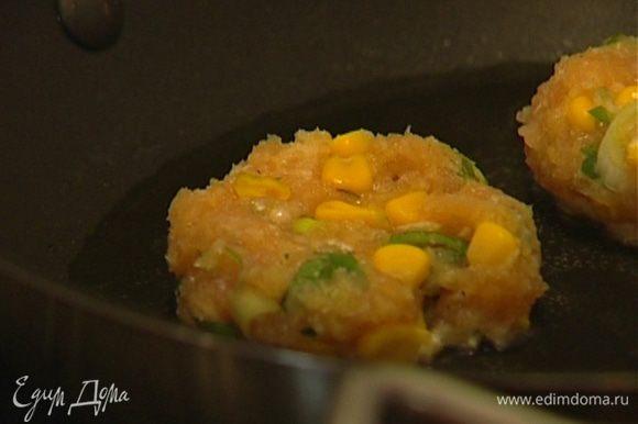 Сделать небольшие котлетки и обжарить их слегка с обеих сторон в небольшом количестве растительного масла, затем накрыть фольгой и отправить сковороду в духовку на 5−7 минут.