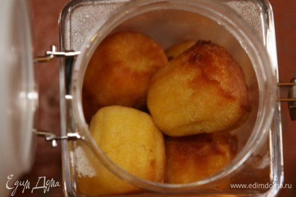 Готовые кексы вынуть из форм, слегка остудить, сложить в банку и залить апельсиновым сиропом.