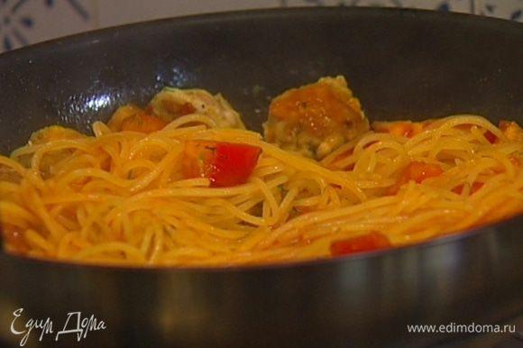Выложить готовые спагетти в сковороду к соусу, при необходимости влив немного воды, в которой они варились.