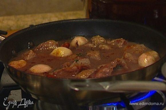 Вернуть в сковороду мясо, влить вино, бульон и все прогреть.