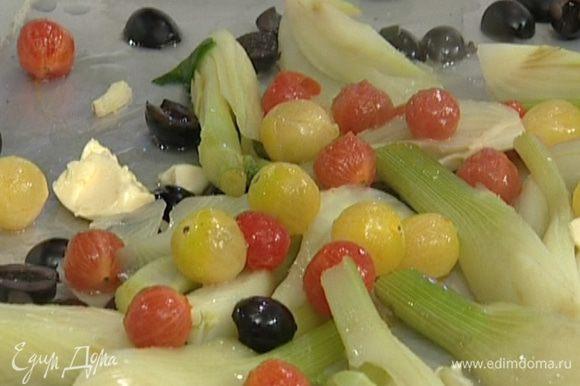 На большой противень выложить фенхель, оливки, помидоры, полить вином, сверху на овощи положить кусочки сливочного масла.