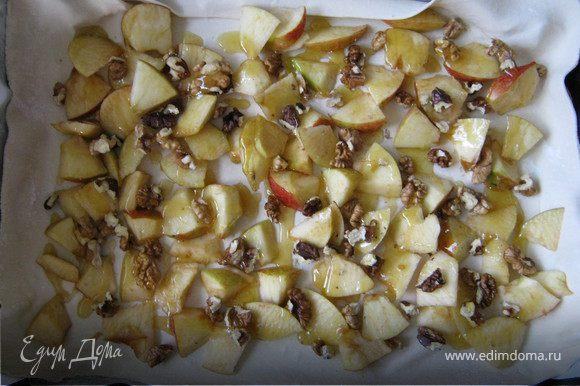 Выложить на корж яблоки, орехи и полить медом (если он уже засахарился его можно растопить).