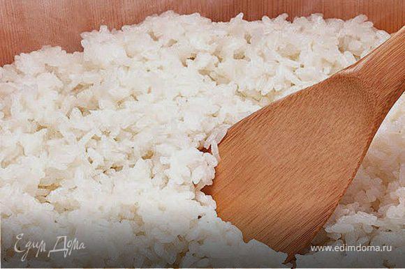 Промыть рис много раз до чистой воды, залить рис водой и оставить на 40 минут, затем слить воду ч.з сито и оставить на 30 мин. Сухой и чистый рис залить водой и варить на медленом огне около 15 мин. Готовый рис оставить в кастрюле на 40 минут, предварительно положив под крышку полотенце, для того чтобы рис впитал излишнюю влагу. Вынуть рис на плоскую большую тарелку и полить заранее приготовленным уксусом, перемешивая плоской деревянной ложкой.