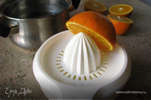 Замочить пластинки желатина в холодной воде на 10 минут. Отжать сок двух апельсинов (должно получиться около 250мл)