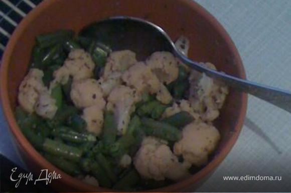 Выкладываем овощи в тарелку, добавляем соль, перец, специи и оливковое масло.
