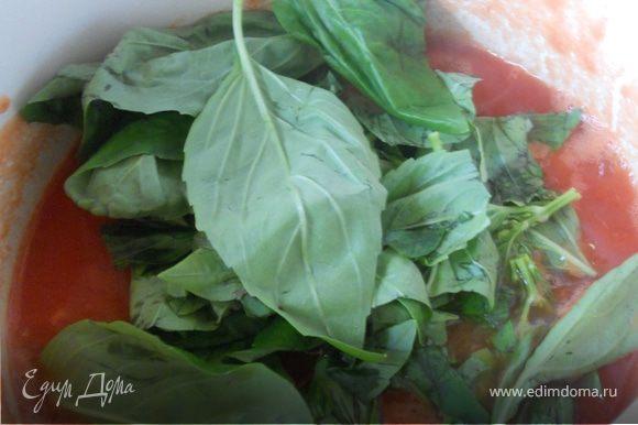 """Для соуса в небольшую кастрюлю переложить томаты (предварительно можно немного размять особо крупные кусочки), довести на медленном огне до легкого бурления. Добавить соль, немного сахара (факультативно), базилик (я даже не измельчаю), немного розмарина и тмина. Здесь дело фантазии - хорошо впишется тимьян, """"прованские травы"""", немного чеснока и (или) лимонной цедры - в общем, доверьтесь интуиции и творите! Проварить соус несколько минут, до незначительного уменьшения его объема, огонь выключить."""
