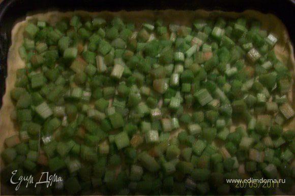 На тесто выложить начинку, при желании посыпать корицей. У меня в этот раз начинки оказалось маловато. Можно также добавить клубнику, вишню.