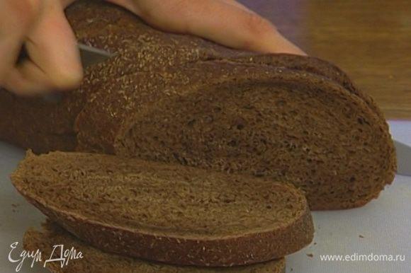 Хлеб порезать не очень тонко, чтобы жидкость омлета могла его пропитать.